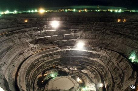 Самый большой алмазный карьер (шахта открытого типа по добыче алмазов) находиться в Якутии в городе Мирный.