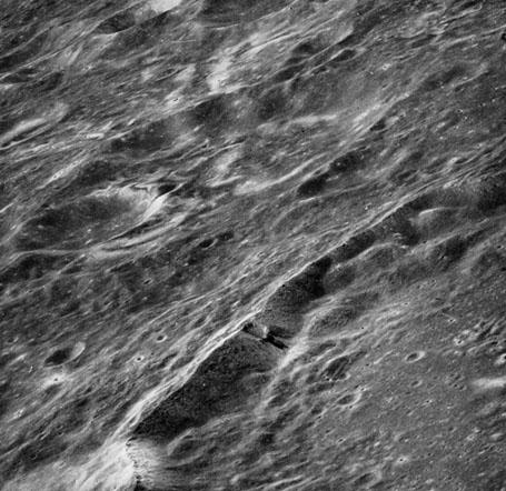 Лунная аномалия - кратер Лобачевского - nasa AS 16-121-19407h