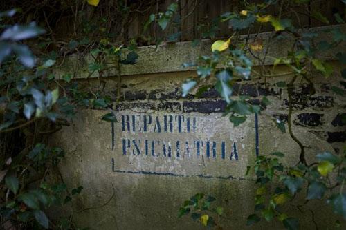 """Остров Повеглия - надпись """"Психиатрическая больница"""""""