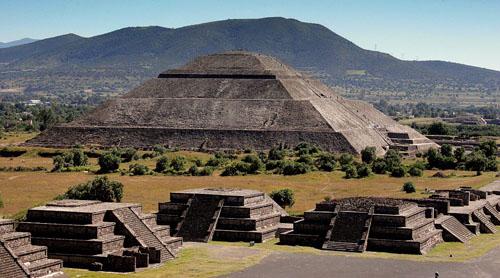 Пирамида Солнца - вид с пирамиды Луны